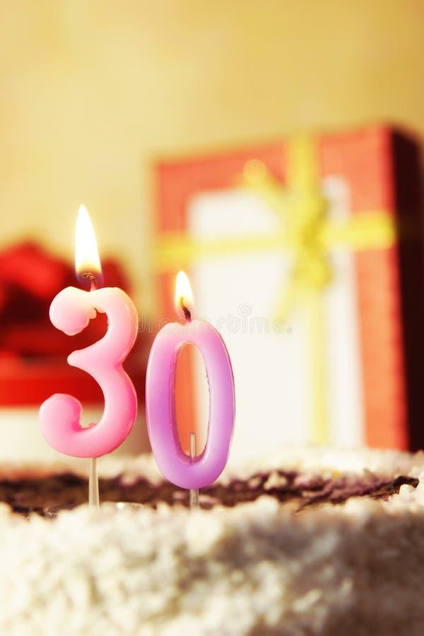 Trenta anni Torta di compleanno con le candele burning fotografie stock