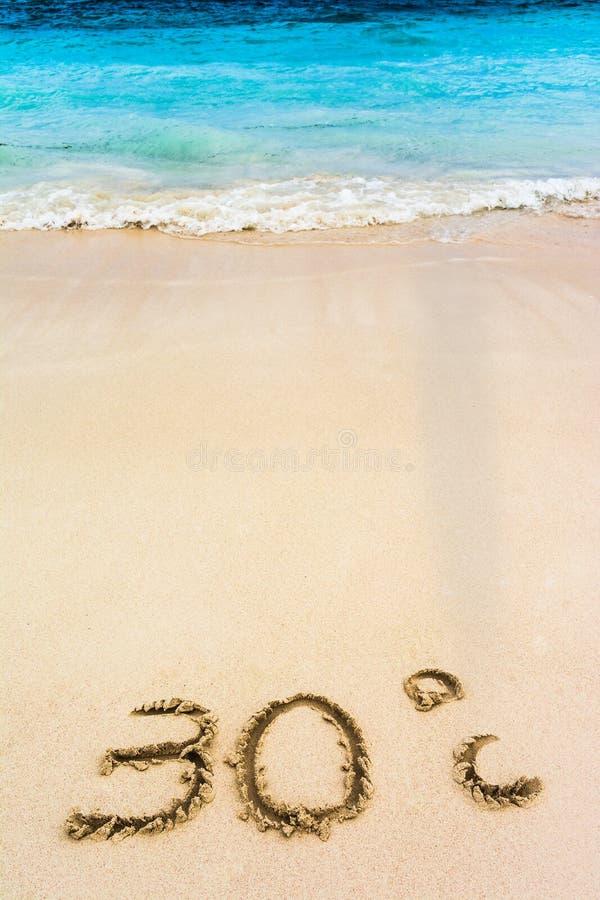 Trente degrés de Celsius dessiné sur le sable des Caraïbes blanc photos stock
