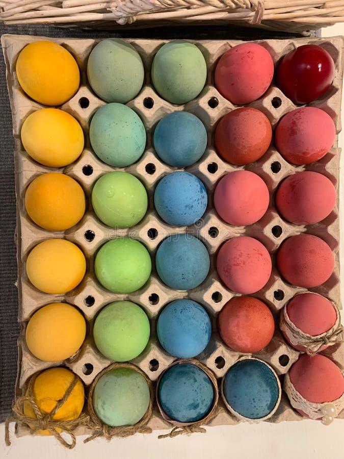 Trente oeufs de pâques colorés Joyeuses P?ques photos libres de droits