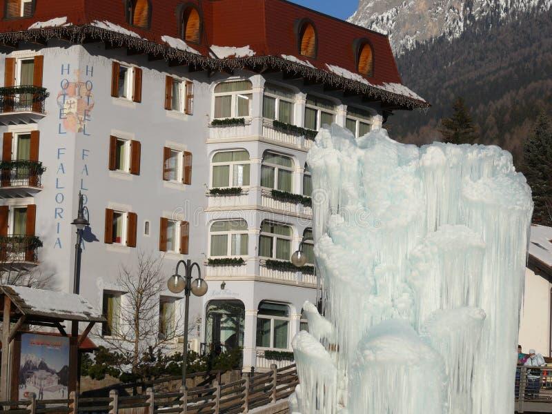 Trentino, Italia 01/06/2011 Fontana ghiacciata immagine stock