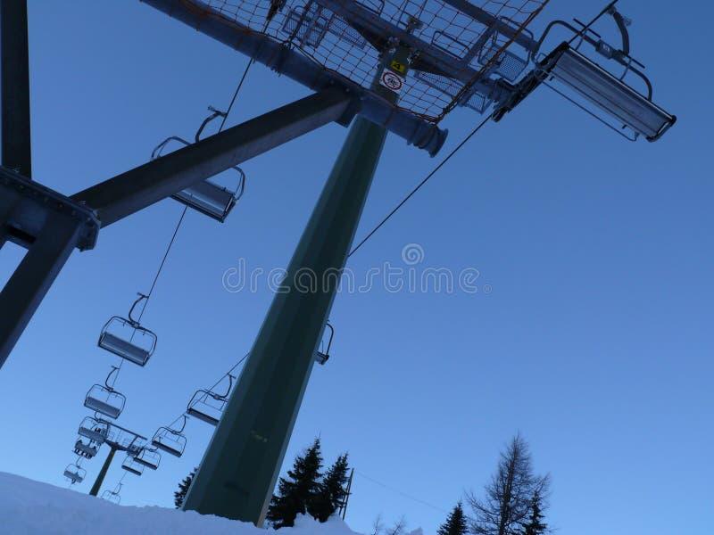 Trentino, Italia 01/03/2011 Seggiovia nelle montagne delle dolomia fotografie stock