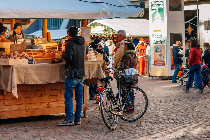TRENTO ALT- ADIGE, ITALIEN - DECEMBER 17, 2016: typiska bageriprodukter på den traditionella julen marknadsför royaltyfri foto