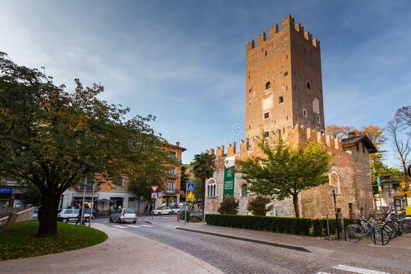 Trento, Italië - 25 oktober 2019: Prachtige italiaanse architectuur van de stad Trento in Zuid-Tirol, Italië stock fotografie