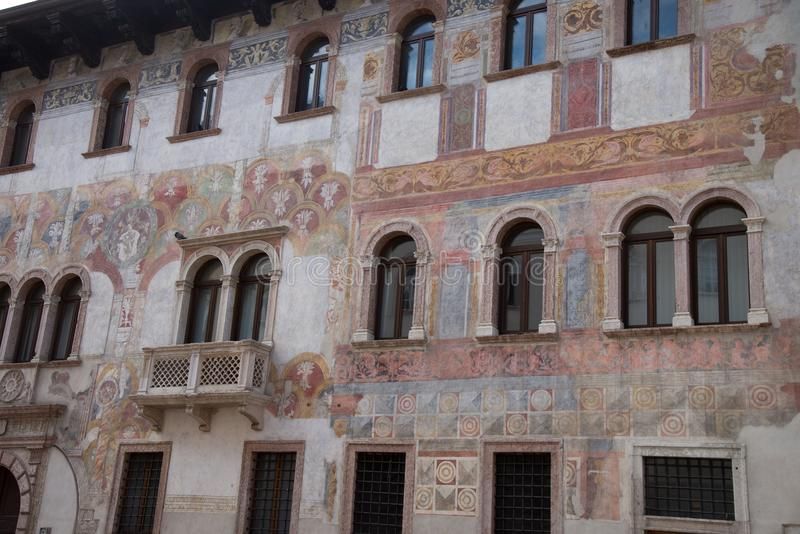 Trento, Italië, schilderachtige huizen in Trento, frescoed royalty-vrije stock foto