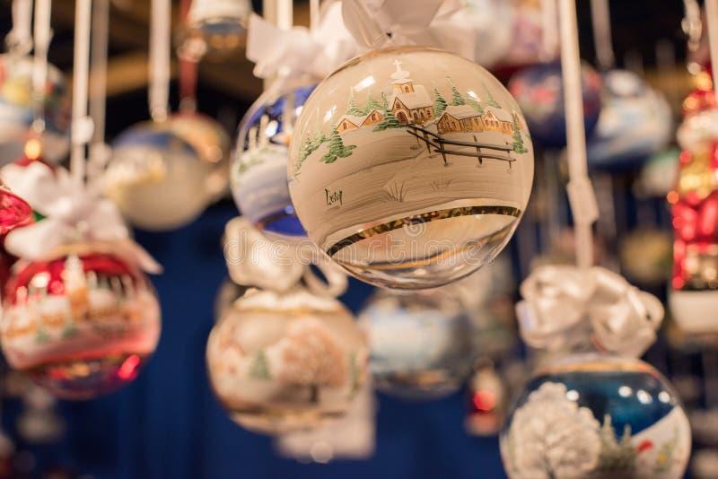 TRENTO, ITALIA - 1 de diciembre de 2015 - gente en el mercado tradicional de Navidad fotos de archivo libres de regalías