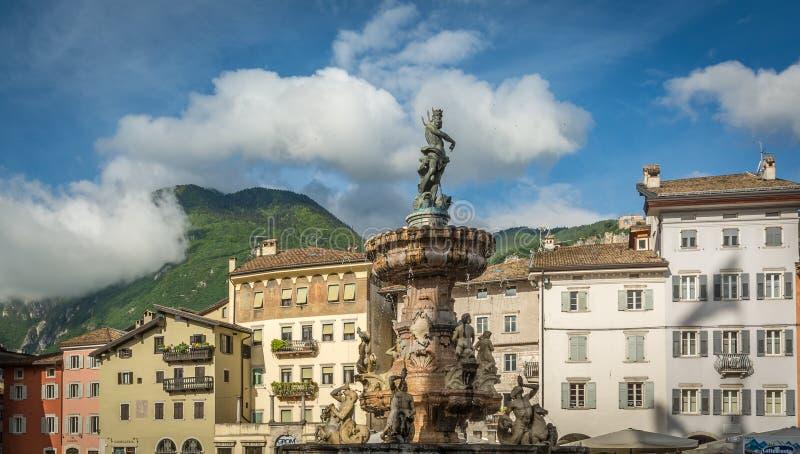 Trento miasto: głównego placu piazza Duomo z zegarowy wierza i Opóźnioną Barokową fontanną Neptune, Miasto w Trentino Altowy Adig zdjęcie stock