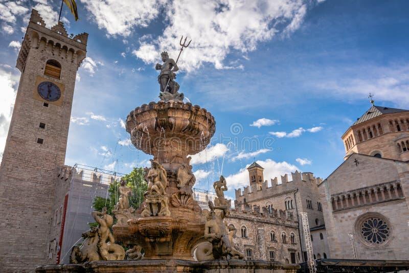 Trento miasto: głównego placu piazza Duomo z zegarowy wierza i Opóźnioną Barokową fontanną Neptune, Miasto w Trentino Altowy Adig obrazy stock