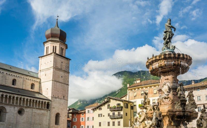 Trento miasto: głównego placu piazza Duomo z zegarowy wierza i Opóźnioną Barokową fontanną Neptune, Miasto w Trentino Altowy Adig zdjęcie royalty free