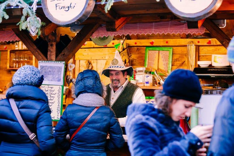 TRENTO, NEGATIVO PER LA STAMPA DI CARTAMONETA ADIGE, ITALIA - 17 DICEMBRE 2016: prodotti tipici al mercato tradizionale di Natale fotografia stock