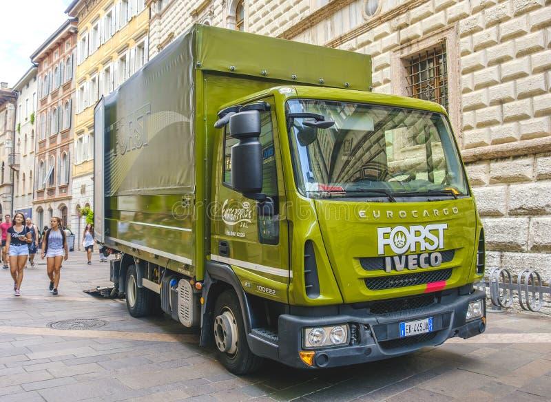 Trento, Włochy, 14 2017 Aug - zieleni Forst piwa ciężarówka w str fotografia stock