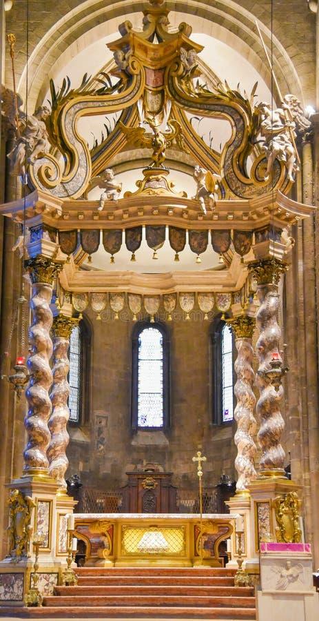 TRENTO Włochy, Luty, - 21, 2018: Środkowy nave w katedrze San Vigilio lub katedrze Trento, Trentino alt Adige zdjęcia royalty free