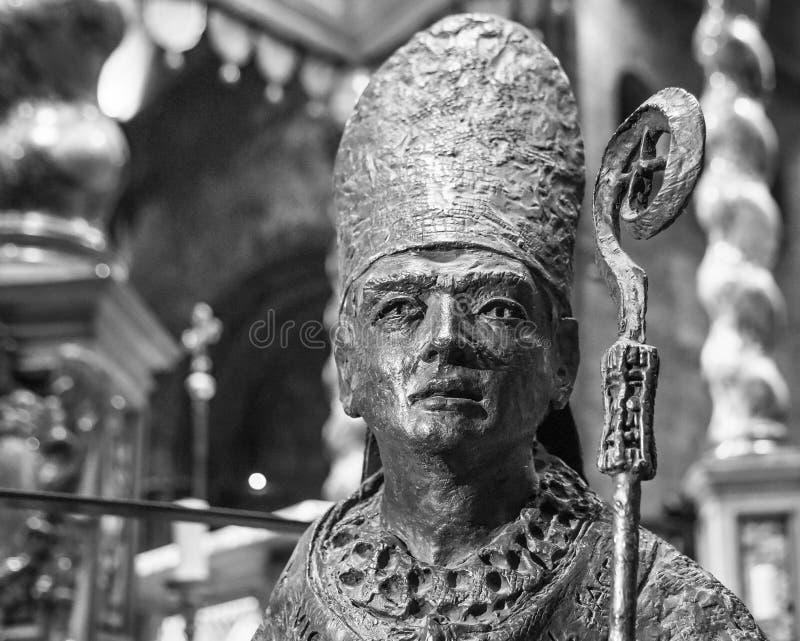 TRENTO Włochy, Luty, - 21, 2018: brązowa statua San Vigilio, patron trento, w katedrze San Vigilio lub katedrze fotografia royalty free