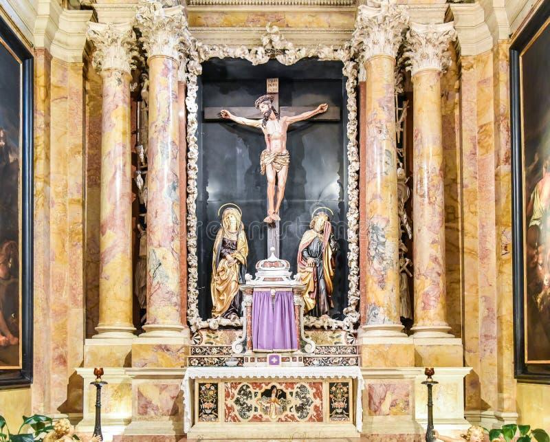 TRENTO Włochy, Luty, - 21, 2018: kaplica krucyfiks w katedrze San Vigilio lub katedrze Trento, Trentino Alt obraz royalty free