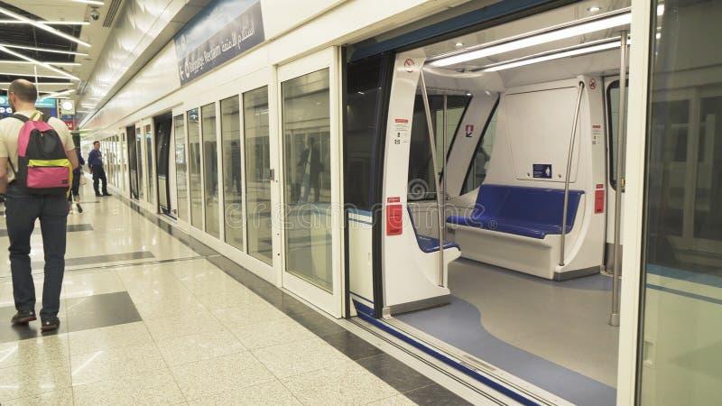 Trenuje dla dostawy pasażery od przyjazdu terenu bagażowego żądania teren przy Dubai International lotniskiem obrazy stock