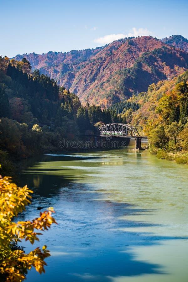 Trenuje na moscie w jesieni przy Tadami rzeką fotografia royalty free