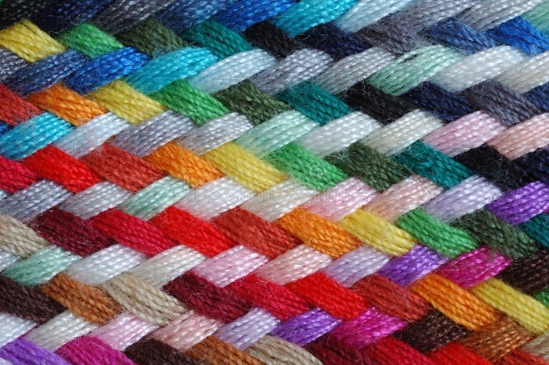 Trenza multicolora de las lanas   fotos de archivo