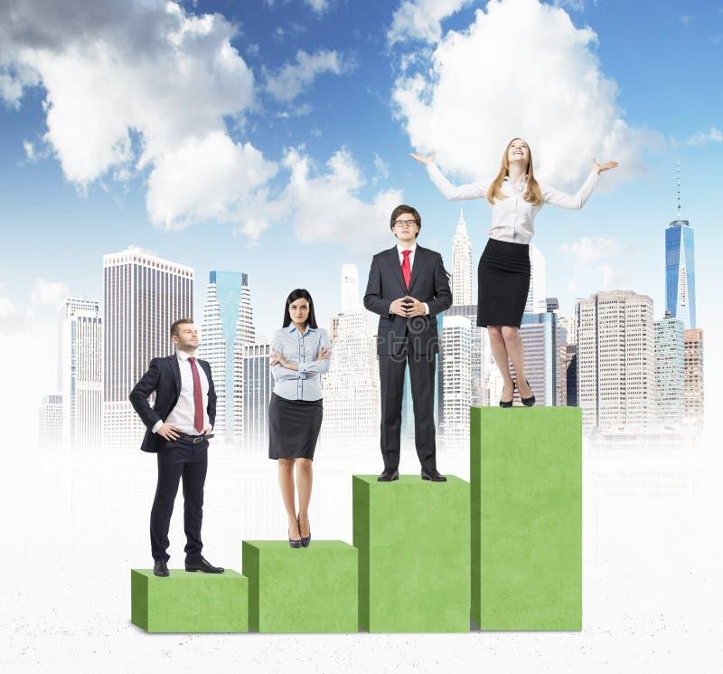 Treppe als enormes grünes Balkendiagramm mit skizziertem New York City Geschäftsleute stehen auf jedem Schritt als Konzept der St lizenzfreie stockfotografie