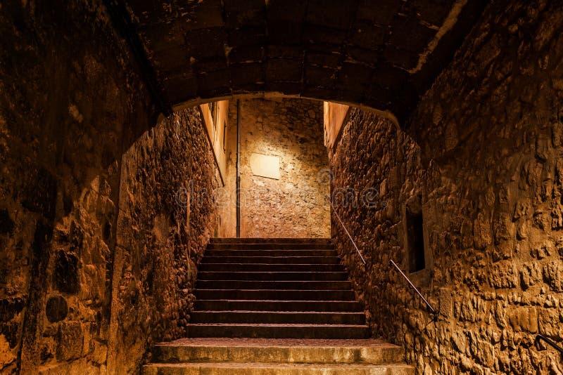 Treppe in alter Stadt Gironas nachts lizenzfreie stockfotos