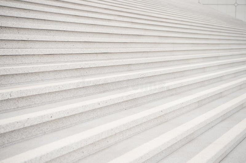 Treppe auf grauem Zementhintergrund in Paris, Frankreich lizenzfreie stockfotos