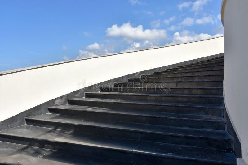 Treppe bis zu einem bewölkten Himmel stockbilder