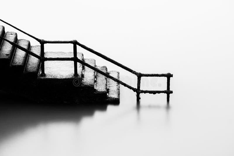 Treppe, die unten in Meer einsteigt lizenzfreie stockbilder