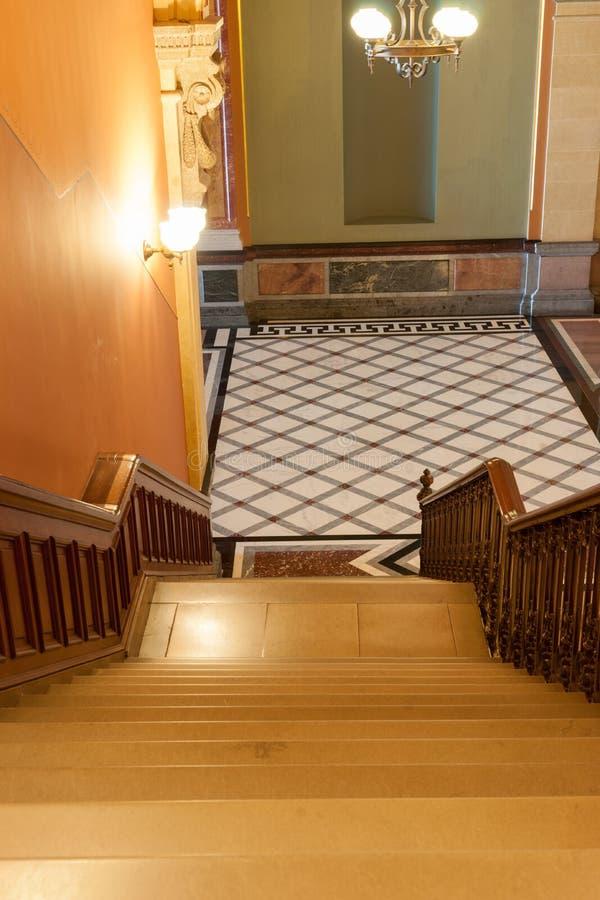 Treppe, die unten zu Fliesendiamant-Musterboden auf Französisch Ren führt stockbild