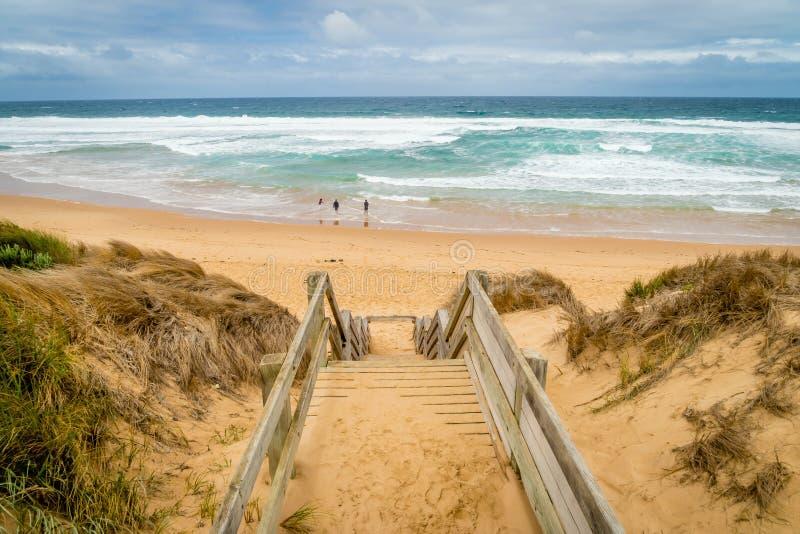 Treppe, die unten zum Strand in Woolamai auf Phillip-Insel in Australien geht stockbilder