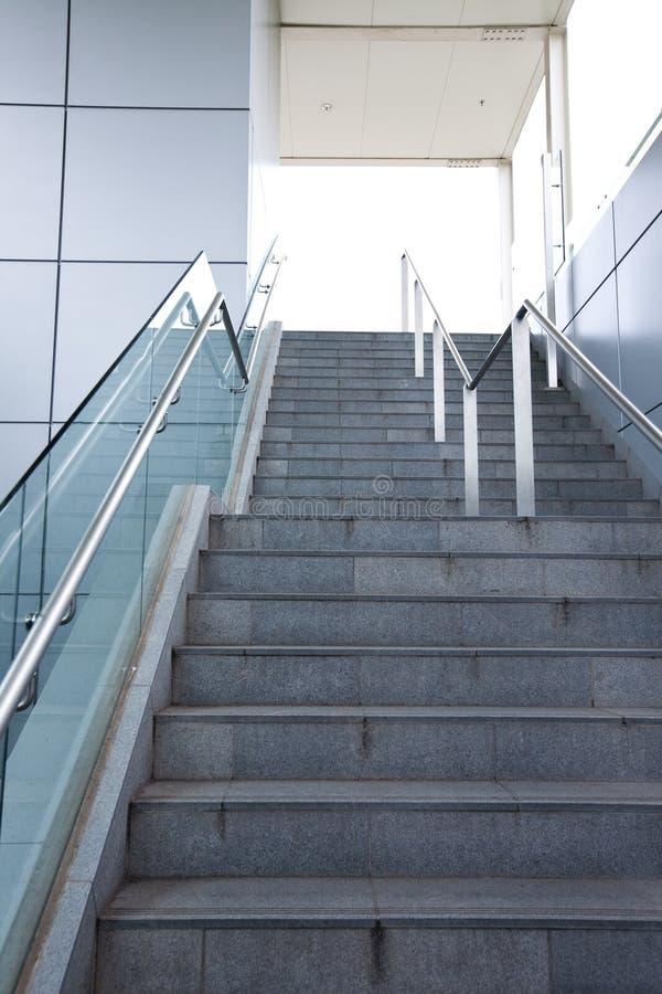 Treppe in einem modernen Gebäude stockbild