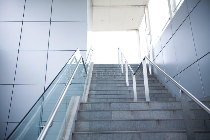 Treppe in einem modernen Gebäude lizenzfreie stockbilder