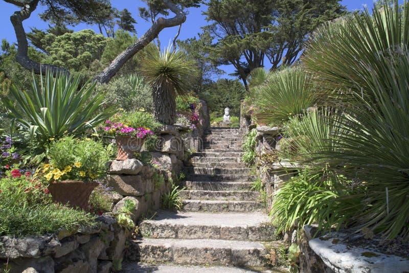 Treppe im schönen Garten lizenzfreie stockfotografie