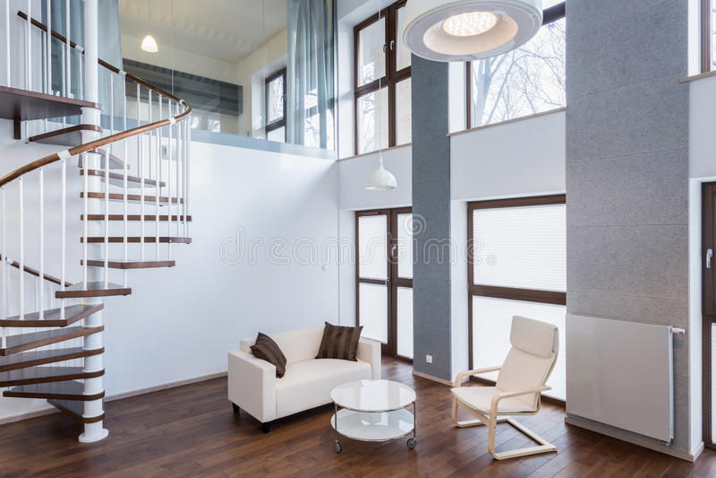Treppe im Wohnzimmer in der zeitgenössischen Villa lizenzfreies stockfoto