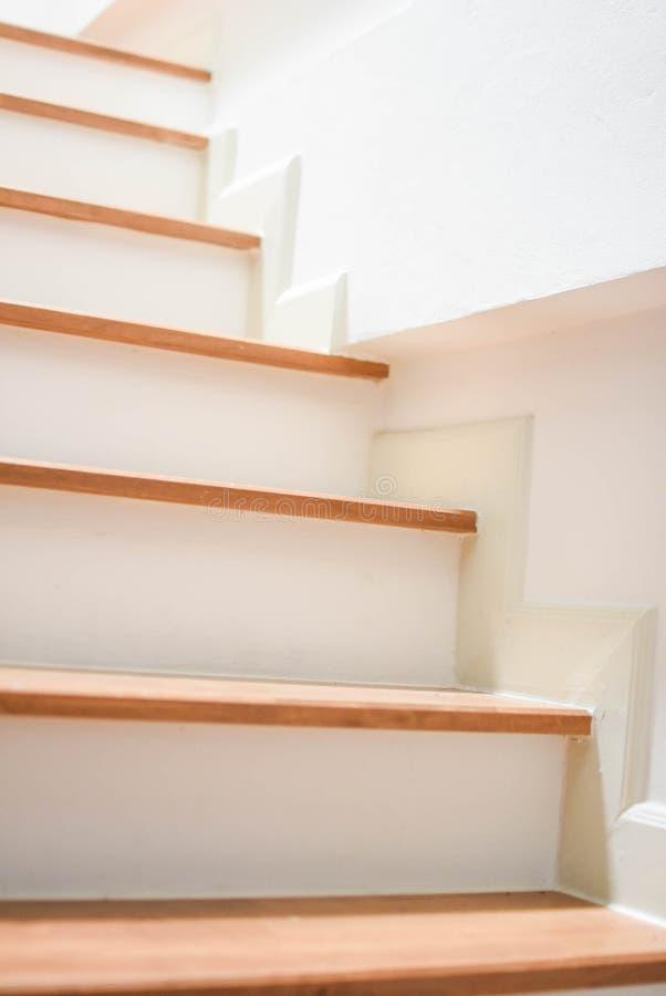 Treppe innerhalb eines schönen Hauses lizenzfreie stockfotos
