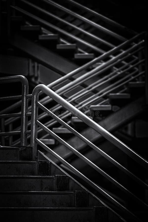 Treppe mit dem Stahlhandrailing lizenzfreie stockfotos