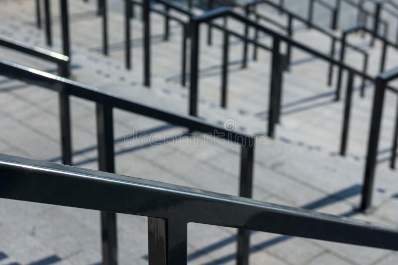 Treppe mit Handläufen und Schritten lizenzfreie stockfotos