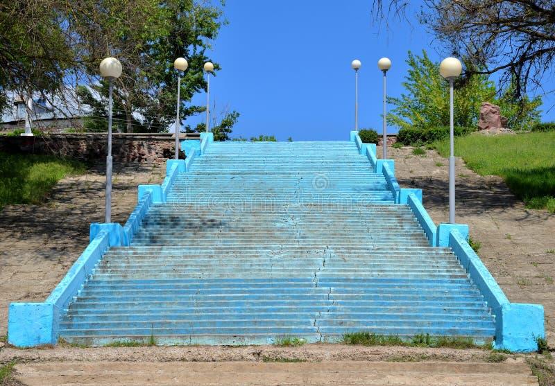 Treppe mit Straßenlaterne zum Fluss setzt, Stadt von Pavlovsk, Voronezh-Region, Russland auf den Strand lizenzfreie stockfotos