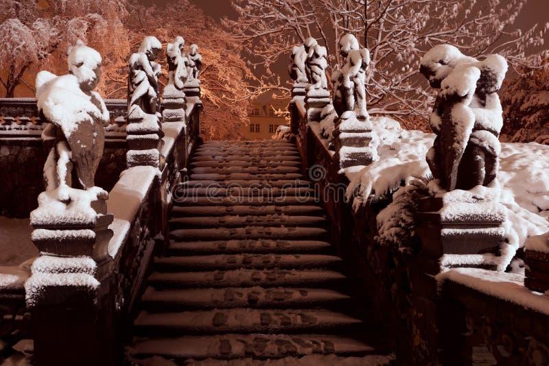 Treppe Prags Loreto mit Statuen und Schnee während der Nacht Prag Loreta, Tschechische Republik lizenzfreie stockfotos