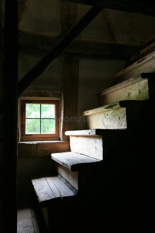 Treppe und Fenster in einem alten verlassenen Bauernhaus lizenzfreies stockfoto