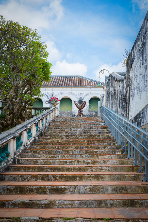 Treppe und Geländer gemacht vom Zementretrostil stockfotos