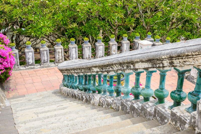 Treppe und Geländer gemacht vom Zementretrostil stockbild