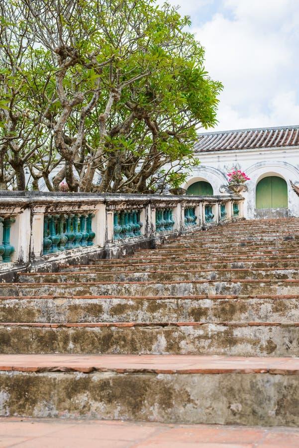 Treppe und Geländer gemacht vom Zementretrostil lizenzfreie stockfotografie