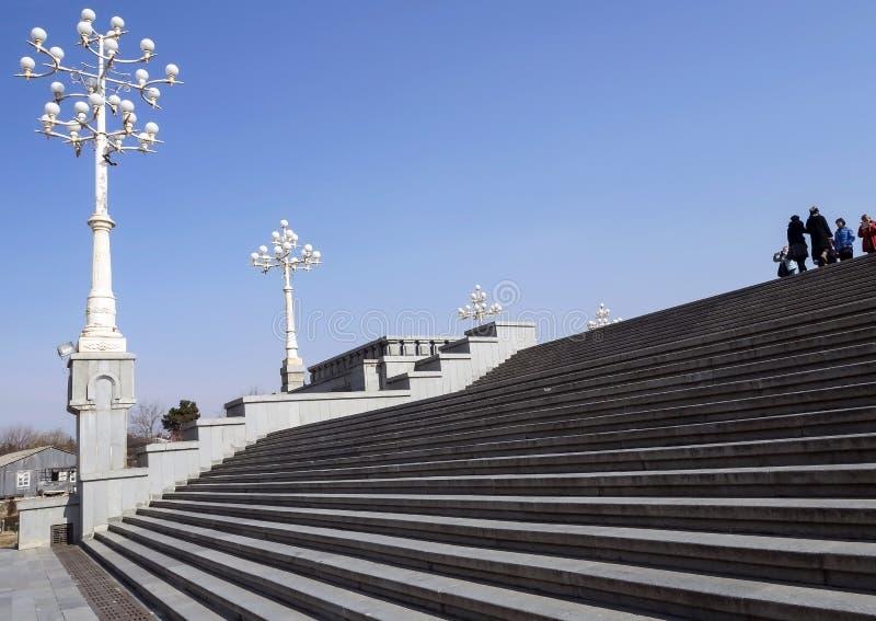 Treppe und Lampen auf dem Gebiet der Kathedrale der Heiligen Dreifaltigkeit in Tiflis lizenzfreies stockfoto