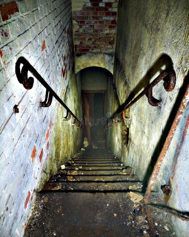 Treppe in verlassenem Bunker stockfoto