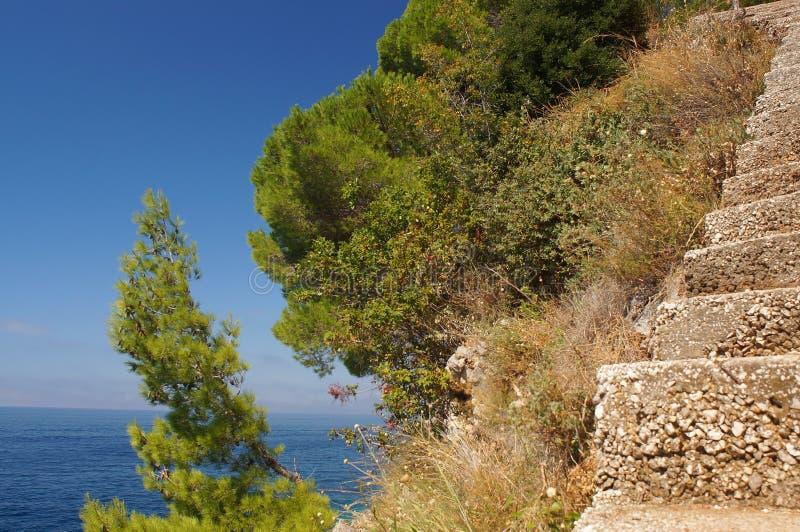 Treppe vom Meer zum Himmel auf den Felsen lizenzfreies stockfoto