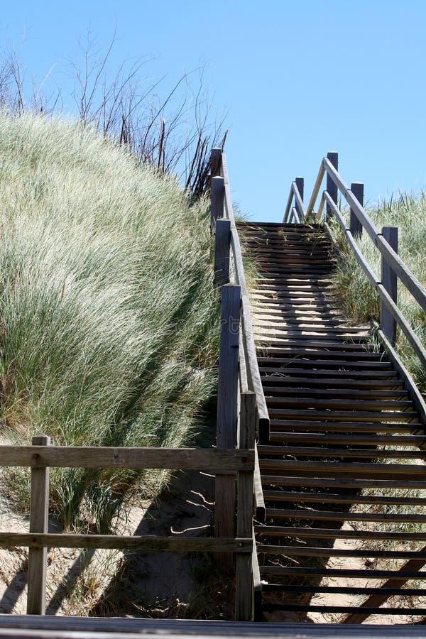 Treppe von der Strandabflussrinne die Dünen stockfotos