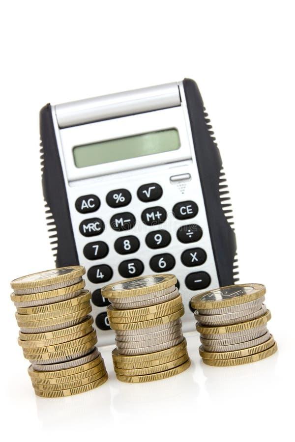 Treppe von Münzen und von Taschenrechner stockbild