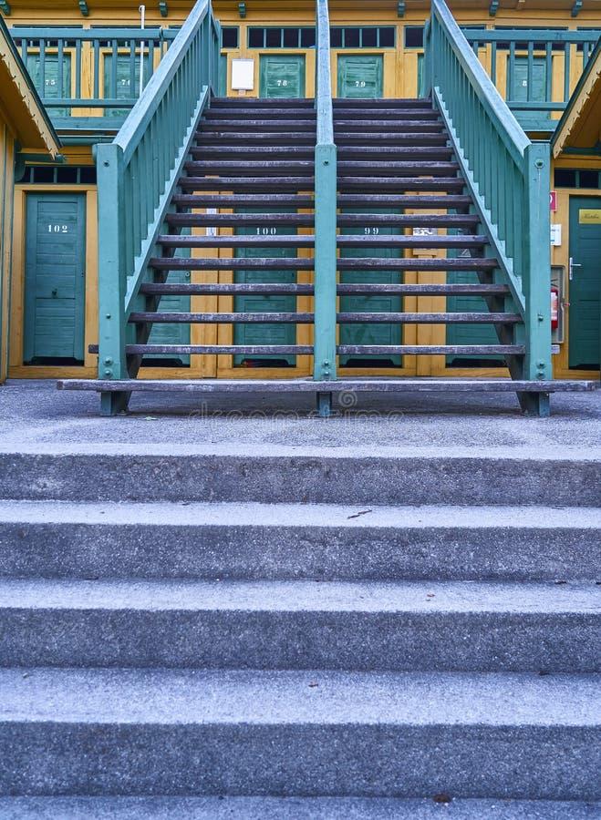 Treppe zu den hölzernen Kabinen im historischen natürlichen thermischen Pool in schlechtem Fischau, Österreich lizenzfreies stockfoto
