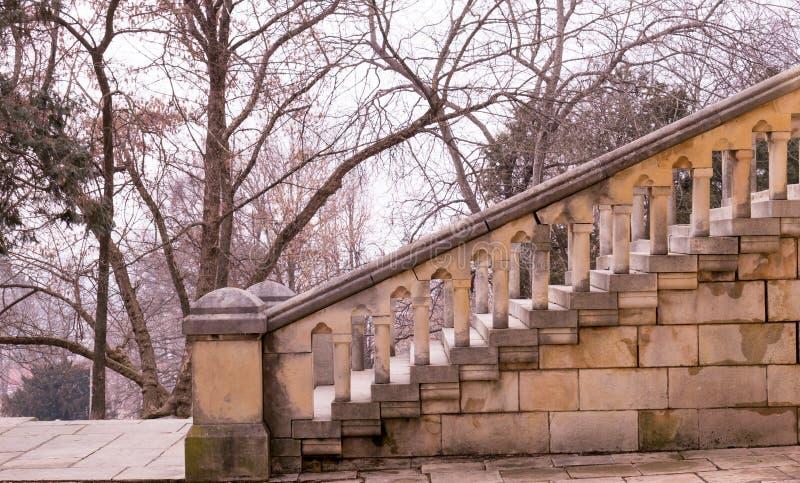 Treppe zu einer kleinen Kirche stockbild