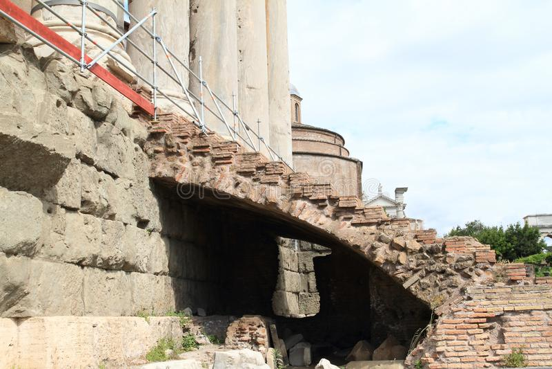 Treppe zu Tempio di Antonino e Faustina lizenzfreie stockfotografie