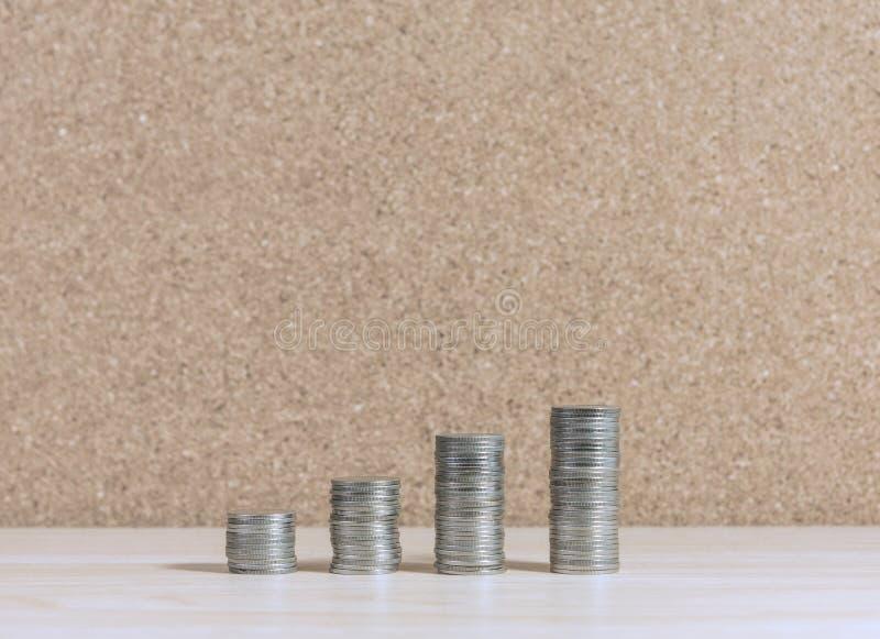 Treppe zum Reichtum, der von den Münzen gemacht wurde, stapelte die Erhöhung lizenzfreie stockfotografie
