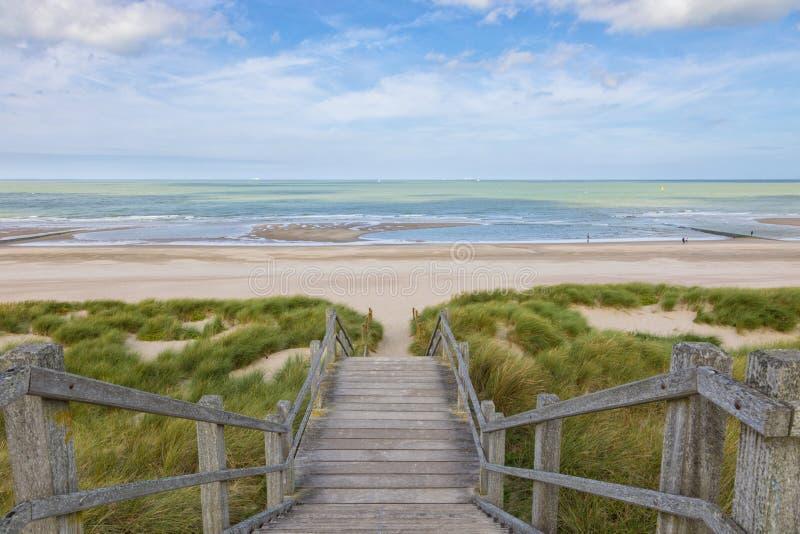 Treppe zur Nordsee setzt bei Blankenberge, Belgien auf den Strand stockfotos